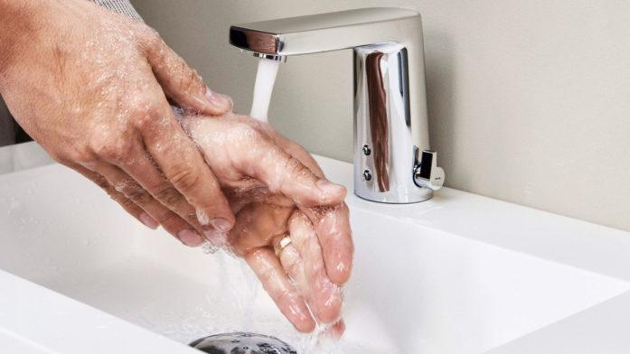 Zutaten für die optimale Händehygiene: Bei dieser Armatur kann mit dem seitlich angebrachten Mischhebel die Temperatur auch manuell angepasst werden.