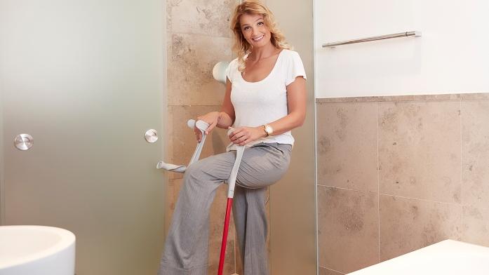 Franziska van Almsick mit Gehhilfen im Bad