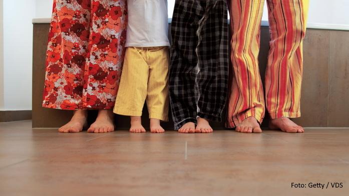 Sicherheit im Bad: Familie steht barfuß im Badezimmer