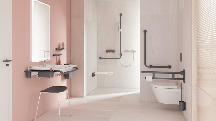 Sicherheit im Bad: Waschtisch, Toilette und Dusche mit Haltegriffen und in kontrastreicher Gestaltung