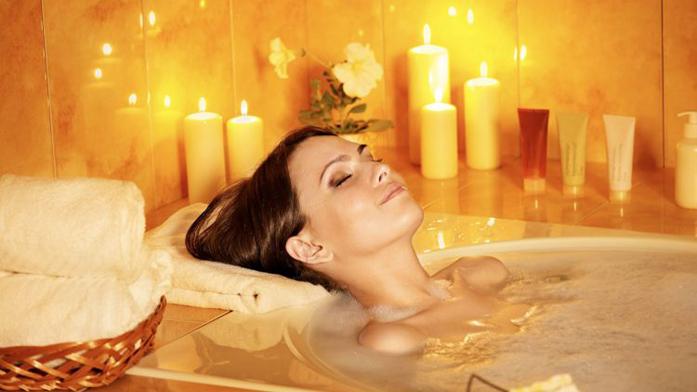 Tag des Bades: Entspannendes Wannenbad mit Kerzenlicht
